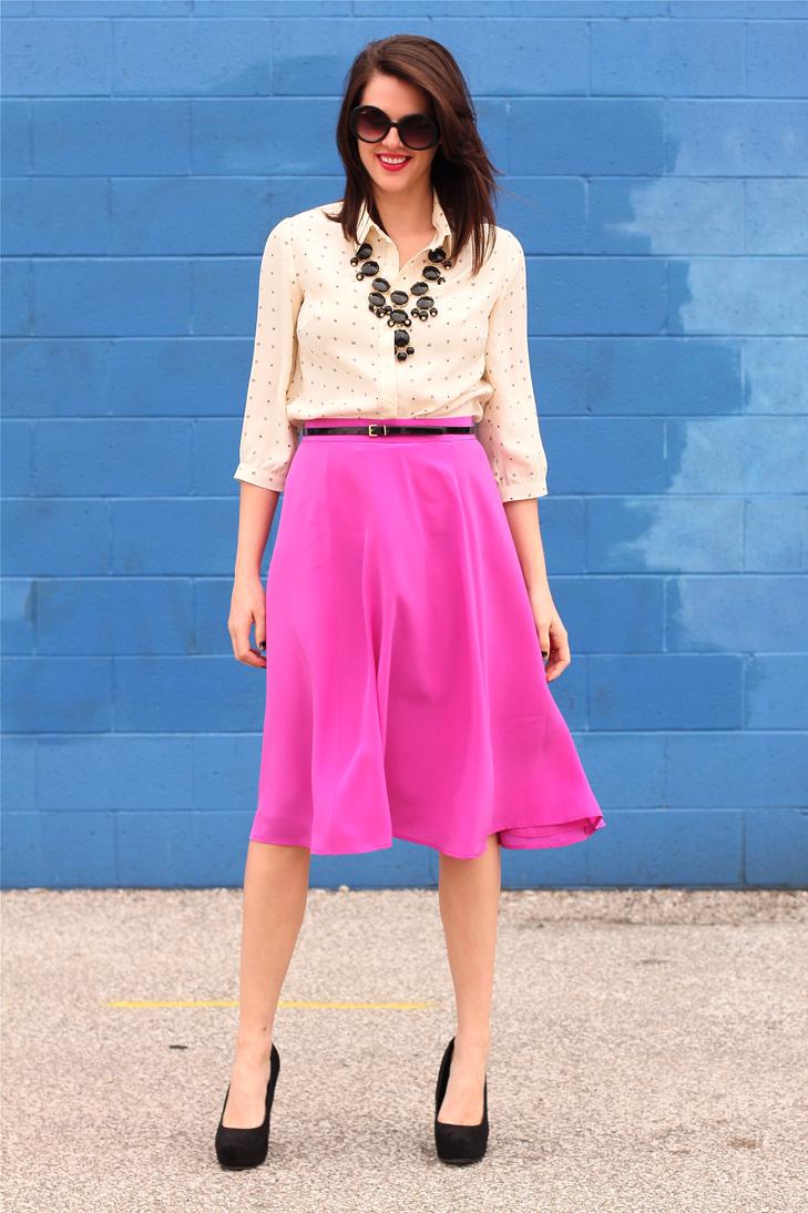 jq-saia-midi-rosa-camisa-apricot-colar-preto