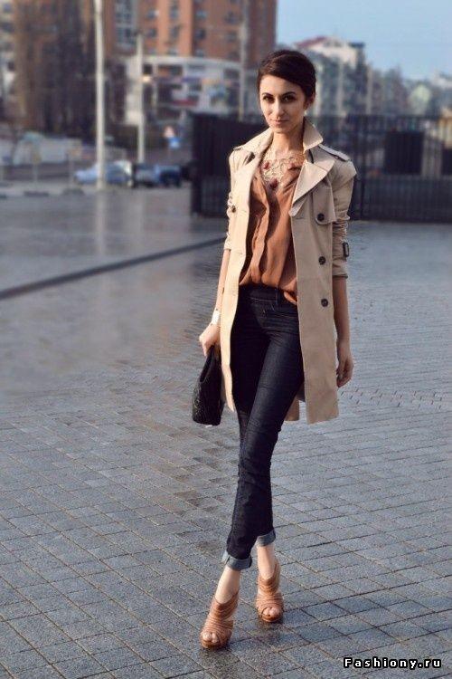 trench coat bege com calça jeans