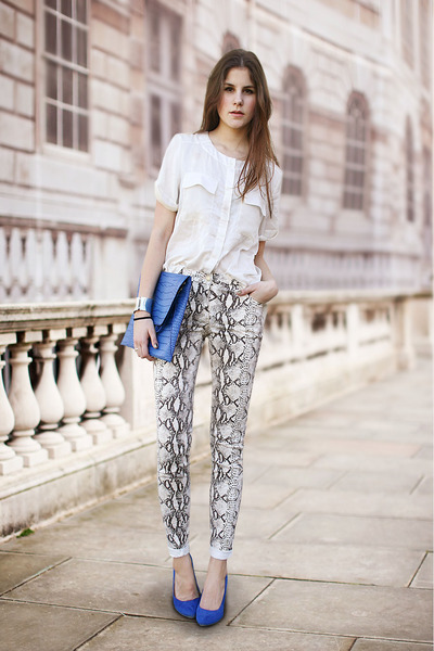 blue-bag-blue-heels-snakeprint-pants_400