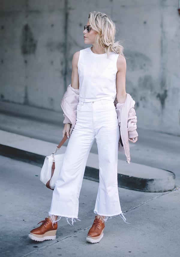 street-style-look-calca-cropped-branco-total-regata-branca-jaqutea-rosa-sapato-marrom-salto-tratorado