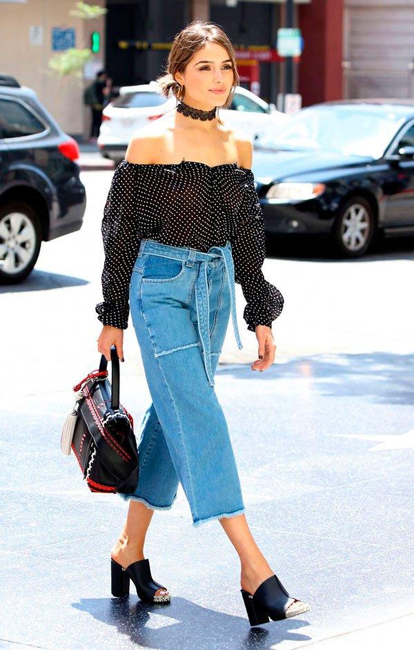 street-style-look-calca-cropped-jeans-mule-preta-blusa-poa